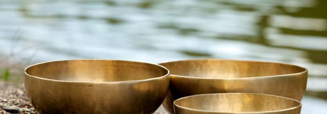 Drei Klangschalen am Wasser