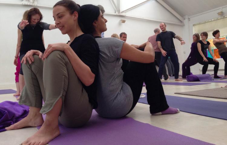 Zweierübung von Studenten im Seminar