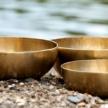 Drei Klangschalen am Wasser Craniosacral-Therapie bei Burnout